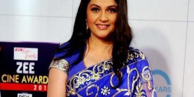 gracy-singh-looked-sizzling-transparent-blue-saree-zee-cine-awards-2013-ceremony