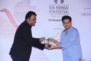 Chaitanya Tamhane receives the BEST DIRECTOR Award for 'Court' from Manish Mundra