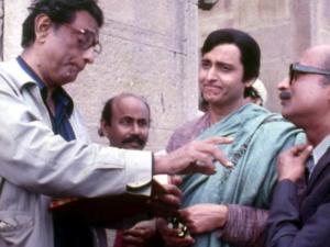 Ray directing Soumitra and Santosh Datta in Joy Baba Felunath